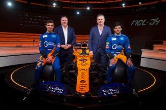 Lando Norris, McLaren, Carlos Sainz Jr., McLaren, Zak Brown, Director Ejecutivo, McLaren Racing