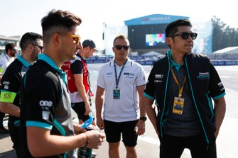 Ho-Pin Tung, Panasonic Jaguar Racing, ispeziona il circuito con Mitch Evans, Panasonic Jaguar Racing