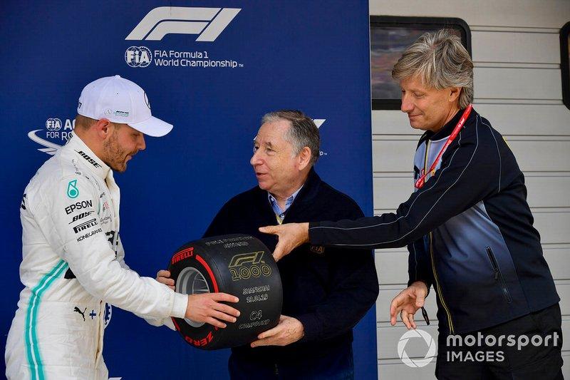 Valtteri Bottas, Mercedes AMG F1, riceve il Premio Pirelli Pole Position da Jean Todt, Presidente, FIA