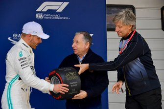 Valtteri Bottas, Mercedes AMG F1, receives the Pirelli Pole Position award from Jean Todt, President, FIA