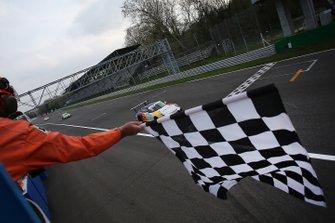 Il vincitore della gara Diego Bertonelli, Dinamic Motorsport, prende la bandiera a scacchi