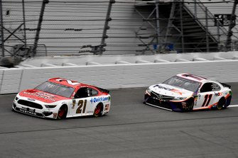 Paul Menard, Wood Brothers Racing, Ford Mustang Motorcraft / Quick Lane Tire & Auto Center and Denny Hamlin, Joe Gibbs Racing, Toyota Camry FedEx Express