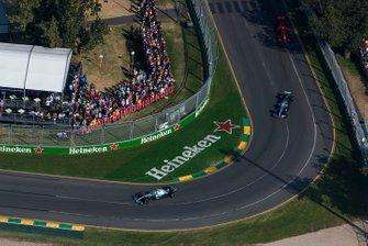 Valtteri Bottas, Mercedes AMG W10, devant Lewis Hamilton, Mercedes AMG F1 W10