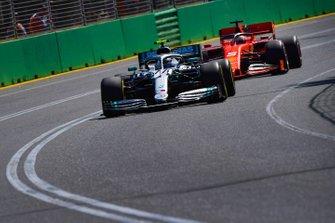 Valtteri Bottas, Mercedes AMG W10, voor Sebastian Vettel, Ferrari SF90