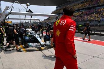Mattia Binotto, Team Principal Ferrari, watches as Mercedes make a pit stop during practice with Valtteri Bottas, Mercedes AMG W10