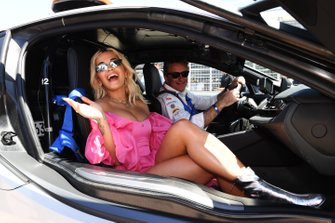 Alejandro Agag, director general de Fórmula E con Rita Ora en el coche de seguridad Qualcomm BMW i8