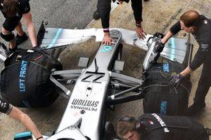 Teamleden duwen de wagen van Valtteri Bottas, Mercedes AMG F1 W10, in de pitbox
