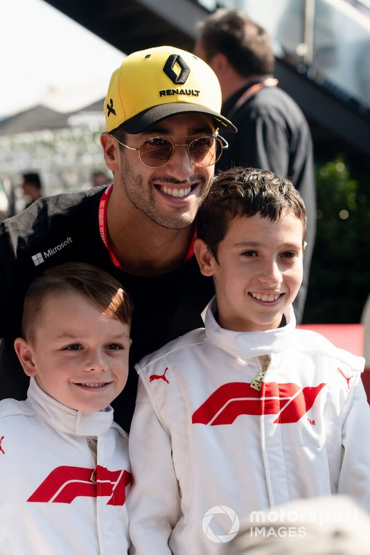 Daniel Ricciardo, Renault, with some Grid Kids