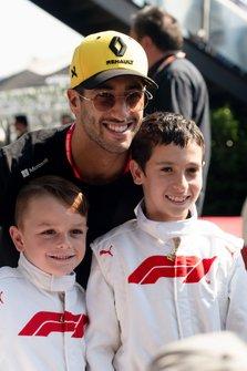 Daniel Ricciardo, Renault, avec des Grid Kids