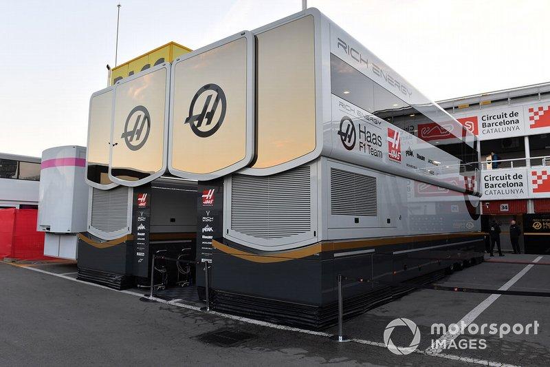 Camion Haas F1 e stanze degli ingegneri