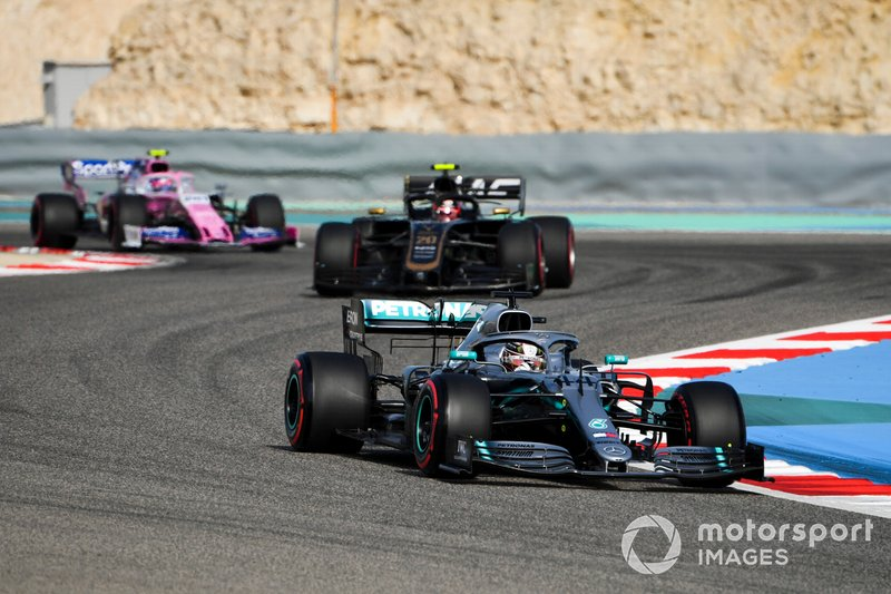 Lewis Hamilton, Mercedes AMG F1 W10, precede Kevin Magnussen, Haas F1 Team VF-19, e Lance Stroll, Racing Point RP19