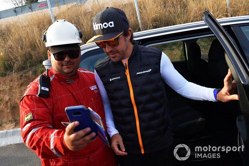 Fernando Alonso osserva l'azione a bordo pista