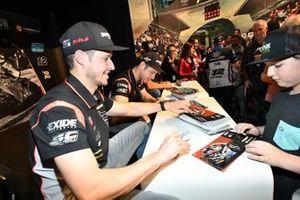 Marcel Schrotter, Intact GP, Thomas Luthi, Intact GP geben Autogramme für die Fans.