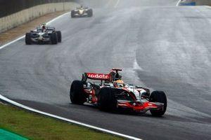 Льюис Хэмилтон, McLaren MP4-23, впереди Себастьяна Феттеля, Toro Rosso STR03