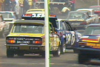 #17 Esmonds Motors Holden Torana L34: Stirling Moss, Jack Brabham, crash at the start