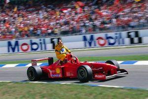 Михаэль Шумахер везет Джанкарло Физикеллу на своей Ferrari F310B