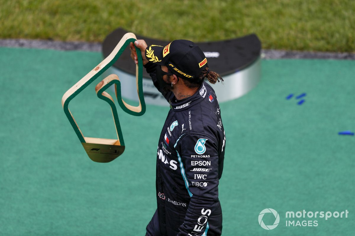 Race winner Lewis Hamilton, Mercedes-AMG Petronas F1 with the trophy