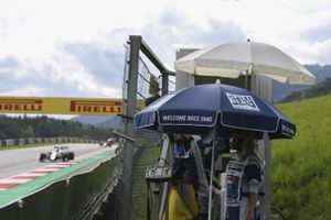 Un commissaire regarde passer Nicholas Latifi, Williams FW43