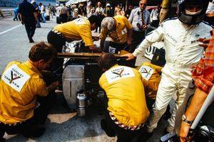 Pedro Rodríguez en los fosos mientras los mecánicos trabajan en su BRM P153