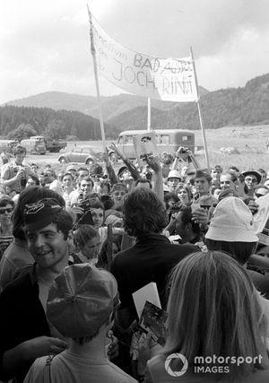 Jochen Rindt, firma autógrafos para sus fans