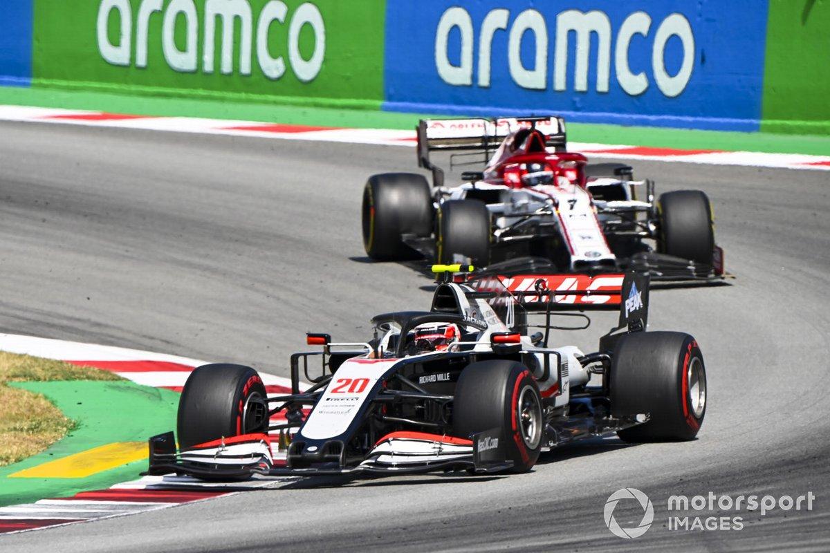 Kevin Magnussen, Haas VF-20, precede Kimi Raikkonen, Alfa Romeo Racing C39