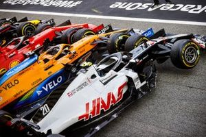 De auto's van Kevin Magnussen, Haas VF-20, Carlos Sainz Jr., McLaren MCL35, Sebastian Vettel, Ferrari SF1000, in parc fermé na de race