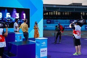 Le présentateur TV Vernon Kay, le commentateur TV Jack Nicholls, et le présentateur TV Nicki Shields interviewent Antonio Felix da Costa, DS Techeetah sur le podium