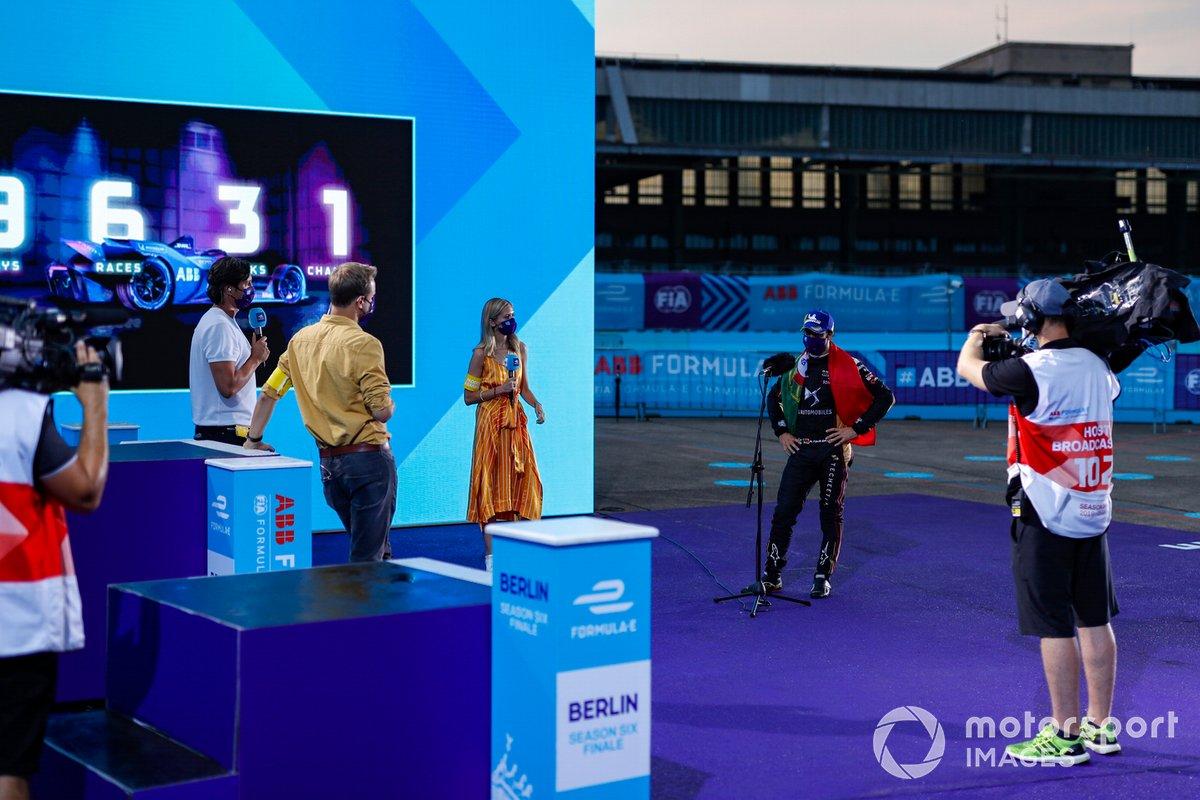 El presentador de TV Vernon Kay, el comentarista de TV Jack Nicholls, y la presentadora de TV Nicki Shields entrevistan a Antonio Felix da Costa, DS Techeetah en el podio