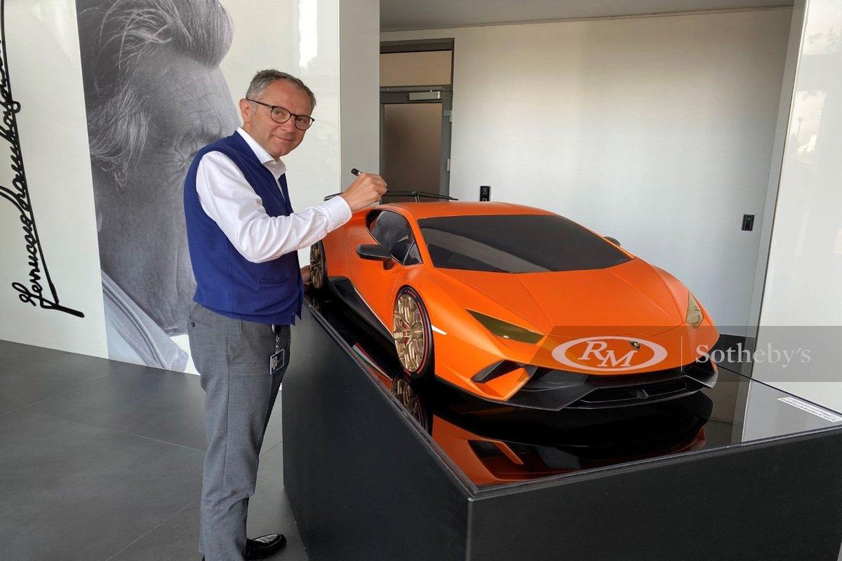 Stefano Domenicali, e un modello della Lamborghini