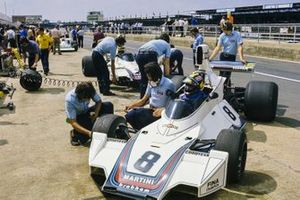 Carlos Pace talks to Gordon Murray whilst sat in his Brabham BT44B Ford