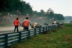 Clay Regazzoni, Ferrari 312B2 sale de su auto