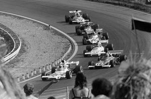 Denny Hulme, McLaren M19C Ford precede Clay Regazzoni, Ferrari 312B2 e Carlos Reutemann, Brabham BT37 Ford