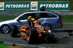 Enrique Bernoldi, Arrows climbs from the wreckage of his car