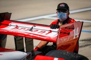 Tony Kanaan, A.J. Foyt Enterprises Chevrolet, crew member
