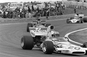 Peter Revson, McLaren M19A Ford, François Cevert, Tyrrell 002 Ford y Tim Schenken, Surtees TS9B Ford