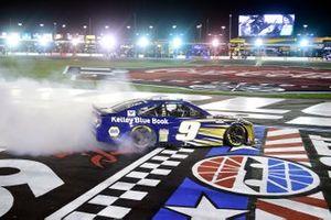 Race winner Chase Elliott, Hendrick Motorsports Chevrolet Kelley Blue Book celebrates with a burnout