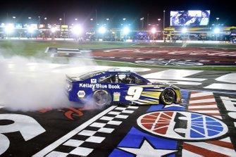 Ganador Chase Elliott, Hendrick Motorsports Chevrolet Kelley Blue Book celebra