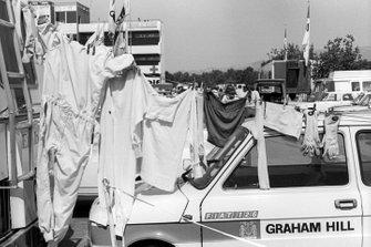 A un Fiat 126 con los colores de Hill Racing sirve para tender la ropa de un piloto colgada para secarse al sol de verano