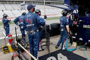 William Byron, Hendrick Motorsports Chevrolet pit crew members prepare the pit for the race