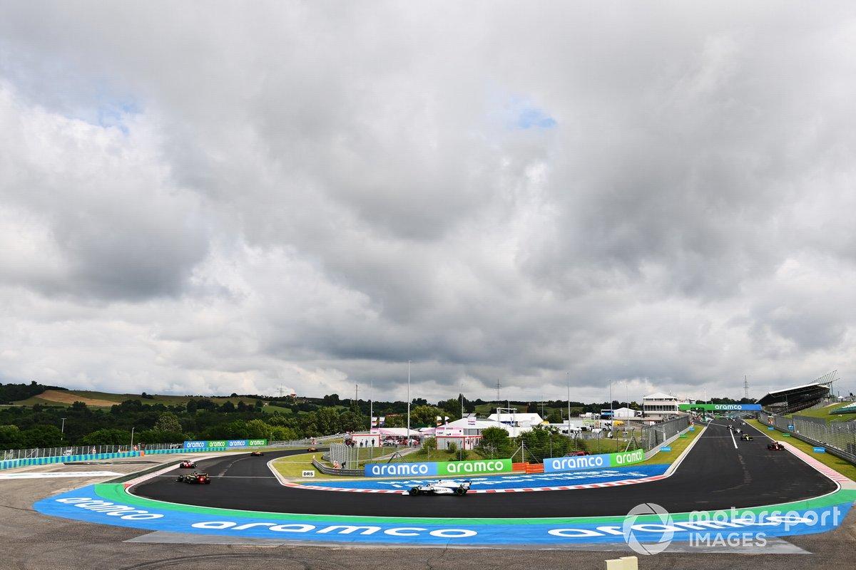 Daniel Ricciardo, Renault F1 Team R.S.20, precede George Russell, Williams FW43 sul giro di formazione