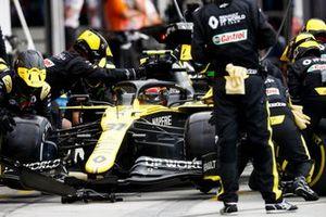 Esteban Ocon, Renault F1 Team R.S.20, makes a pit stop