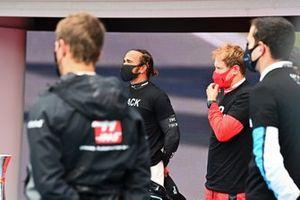 Льюис Хэмилтон, Mercedes-AMG Petronas F1, Себастьян Феттель, Ferrari, и другие гонщики стоят на стартовой решетке в майках с надписью End Racism
