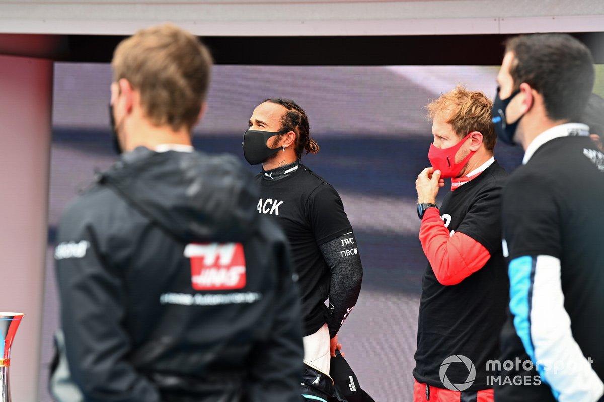 Lewis Hamilton, Mercedes-AMG Petronas F1, Sebastian Vettel, Ferrari, y los otros pilotos se reúnen alrededor de los trofeos antes del comienzo en apoyo de la campaña para el fin del racismo