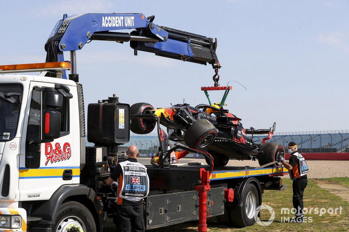 El monoplaza de Alex Albon, el Red Bull Racing RB16 está siendo removido después de chocar