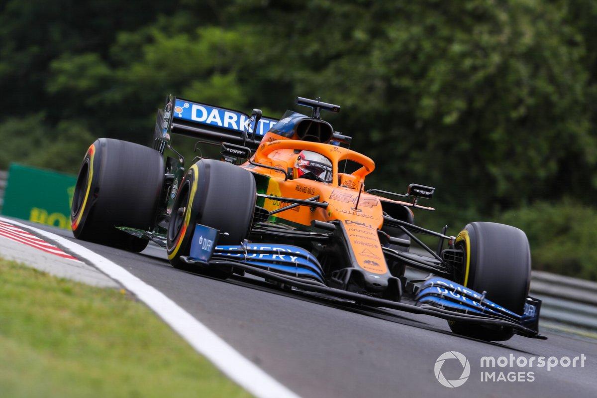 Карлос Сайнс за рулем McLaren MCL35