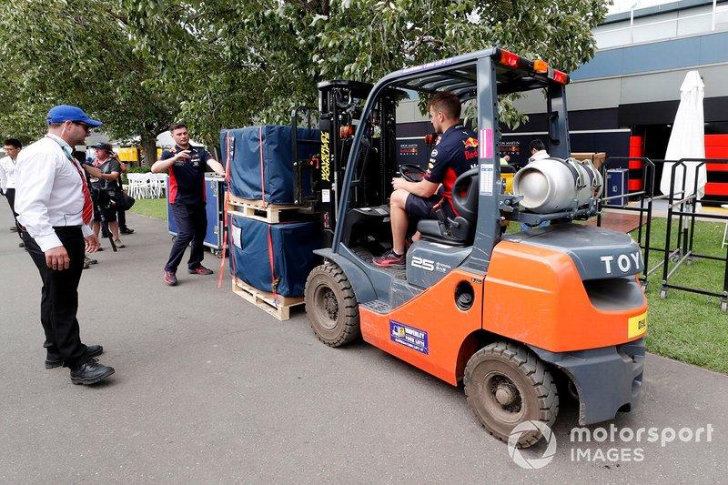 Il personale della Red Bull porta via il materiale imballato