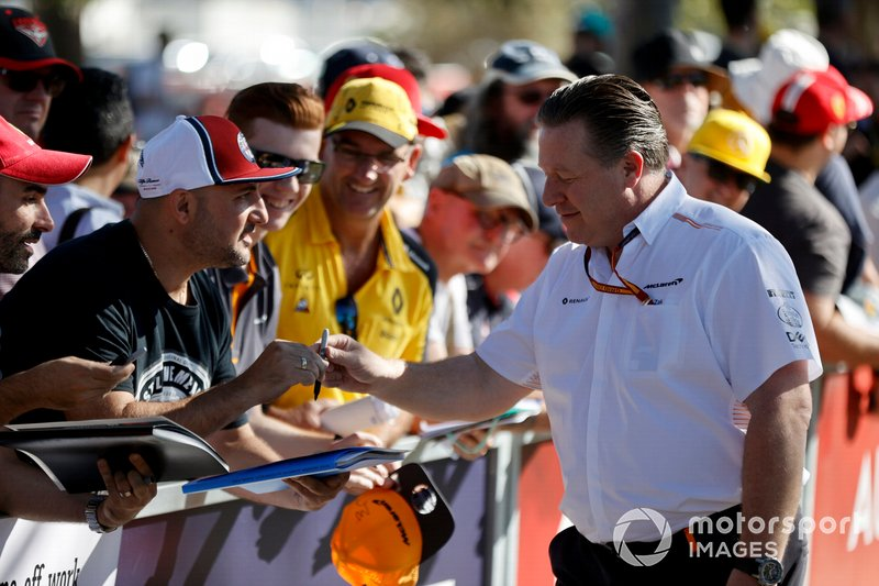 Zak Brown, Direttore Esecutivo, McLaren firma autografi ai fan
