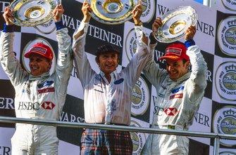 1. Johnny Herbert, Stewart, 3. Rubens Barrichello, Stewart, mit Jackie Stewart