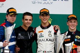 Robert Shwartzman, PREMA Racing, racewinnaar Leonardo Pulcini, Hitech Grand Prix en Liam Lawson, MP Motorsport op het podium