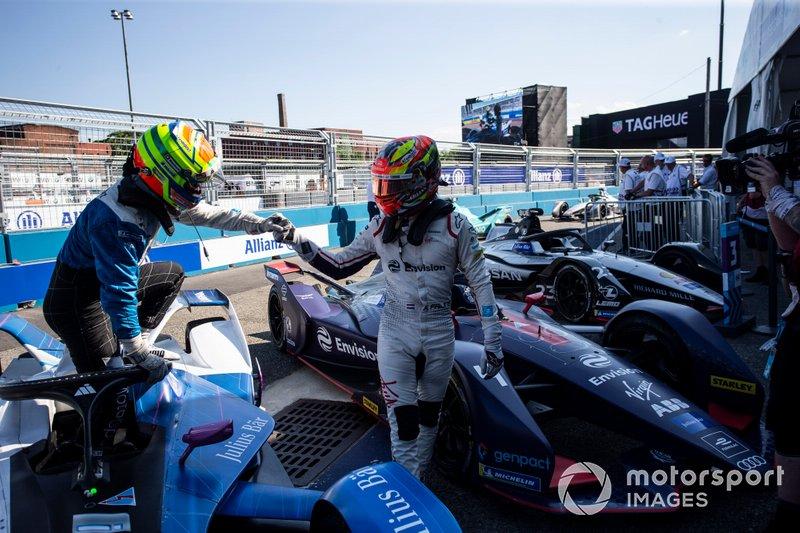 Il vincitore della gara Robin Frijns, Envision Virgin Racing festeggia al parc ferme con Alexander Sims, BMW I Andretti Motorsports, seconda posizione
